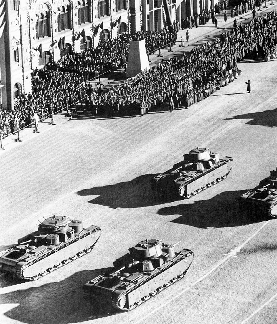 7 ноября 1940 года, танки Т-35 на параде. на снимке запечатлены машины двух образцов - выпуска 1936 г (с цилиндрическими башнями) и 1939 г (с коническими башнями).