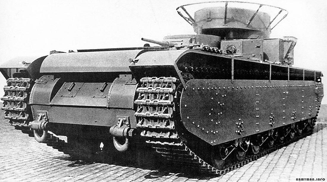 Тяжелый танк Т-35А выпуска 1936 года, вид сзади. Набор из небольших трубок сзади над гусеницей, не что иное, как система для постановки дымовой завесы.