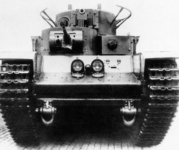 Тот же танк Т-35А, вид спереди. Хотя в его конструкции уже активно применялась сварка, заклепок на корпусе все ещё хватало