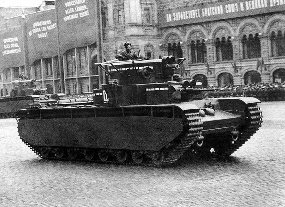 1 мая 1937 года, танк Т-35 на Красной Площади. Обратите внимание - над 76-мм и 45-мм пушками размещены фары для ночной стрельбы.