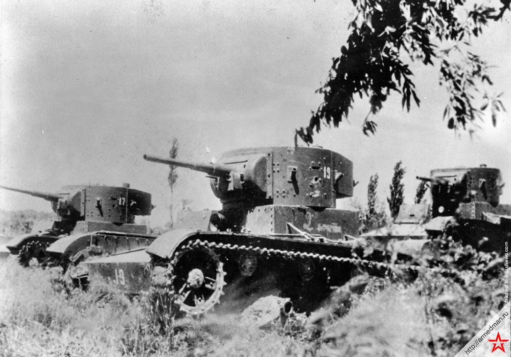 Легкие танки типа Т-26 поставленные из Советского Союза пересекают поле