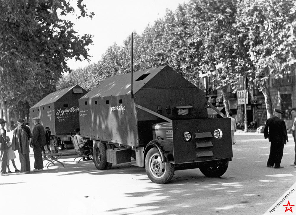 Самодельные броневики республиканцев на улицах Барселоны, август 1936 г.