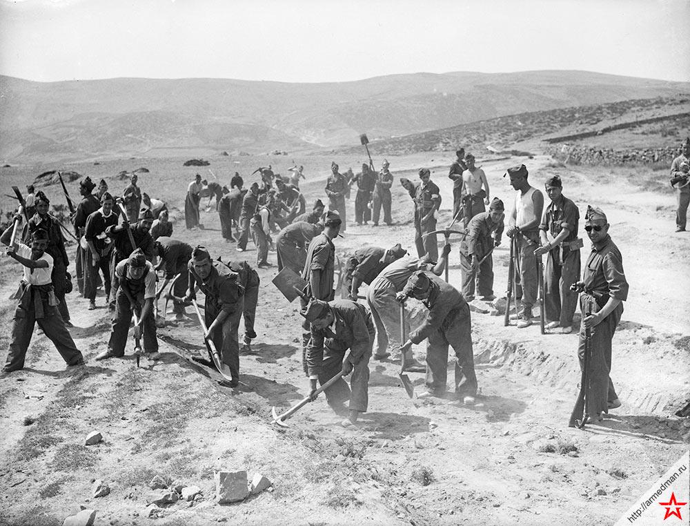 Солдаты на дорожных работах в горной местности Гвадаррама