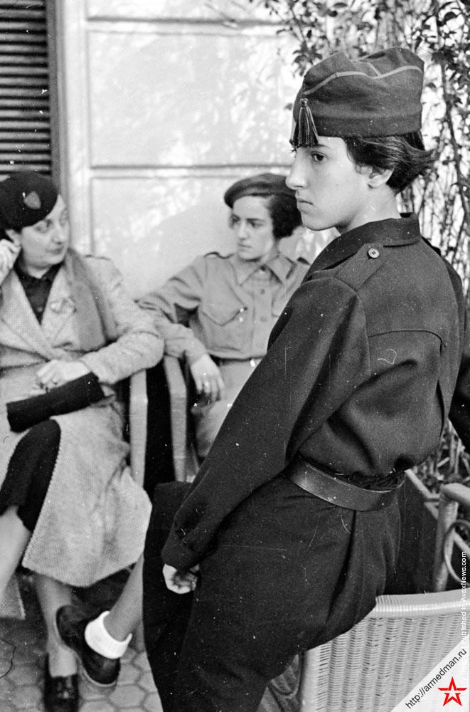 Девушка в форме мятежников-националистов генерала Франко. Город Сан-Себастьян, 14 ноября 1936 г.