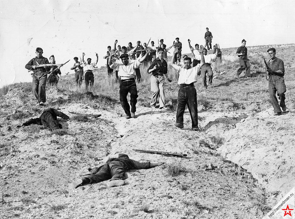 Пленные коммунисты, захваченные националистами в ходе успешной атаки на позиции, неподалеку от Сомосьерры. 1936 г.