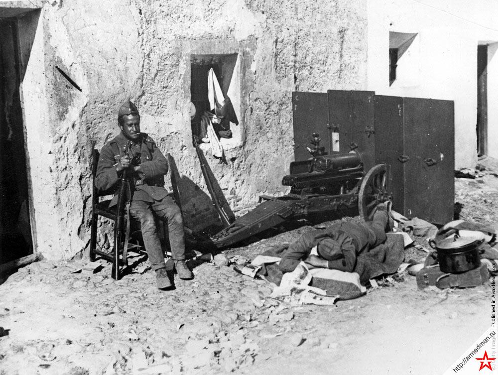 Солдаты-франкисты отдыхают в минуты затишья, 1936 г.