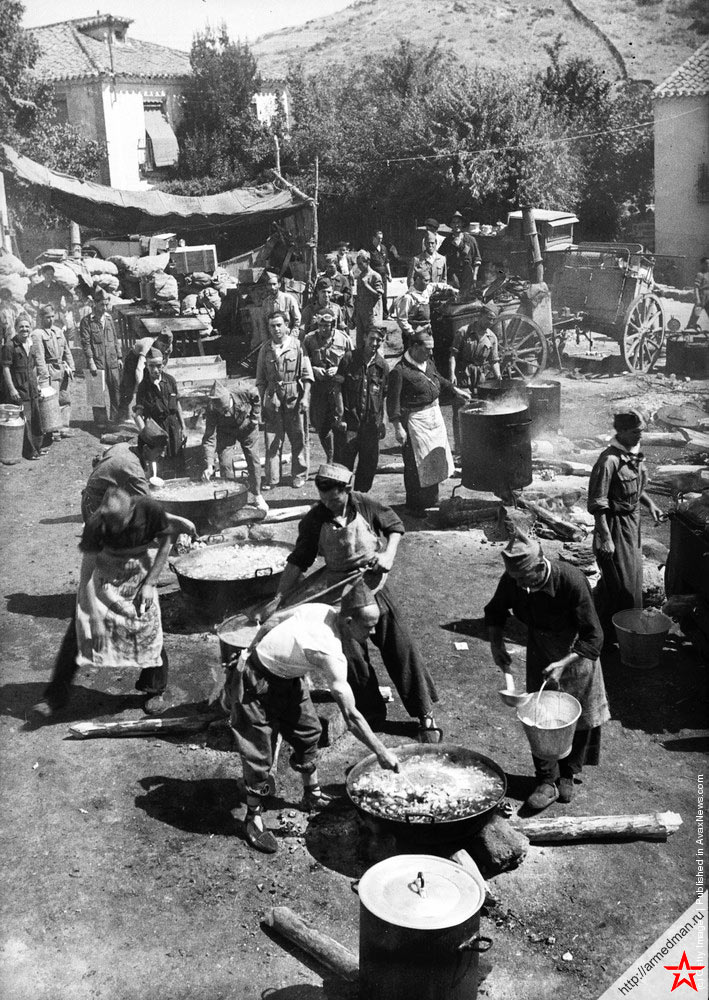 Полевая кухня правительственных войск на главной улице Буитраго