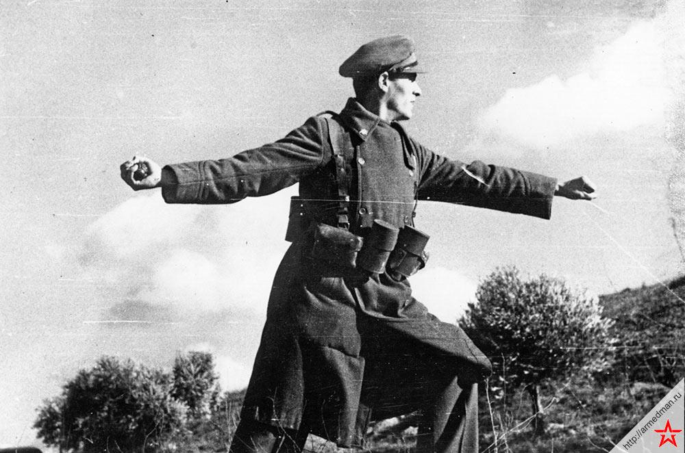Солдат правительственных войск Испании бросает гранату