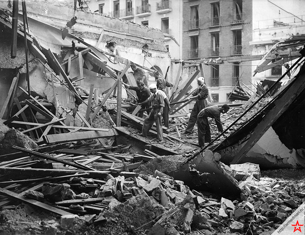 Республиканские ополченцы разбирают завалы - всё что осталось от их казарм после авианалета мятежников, 1936 г.