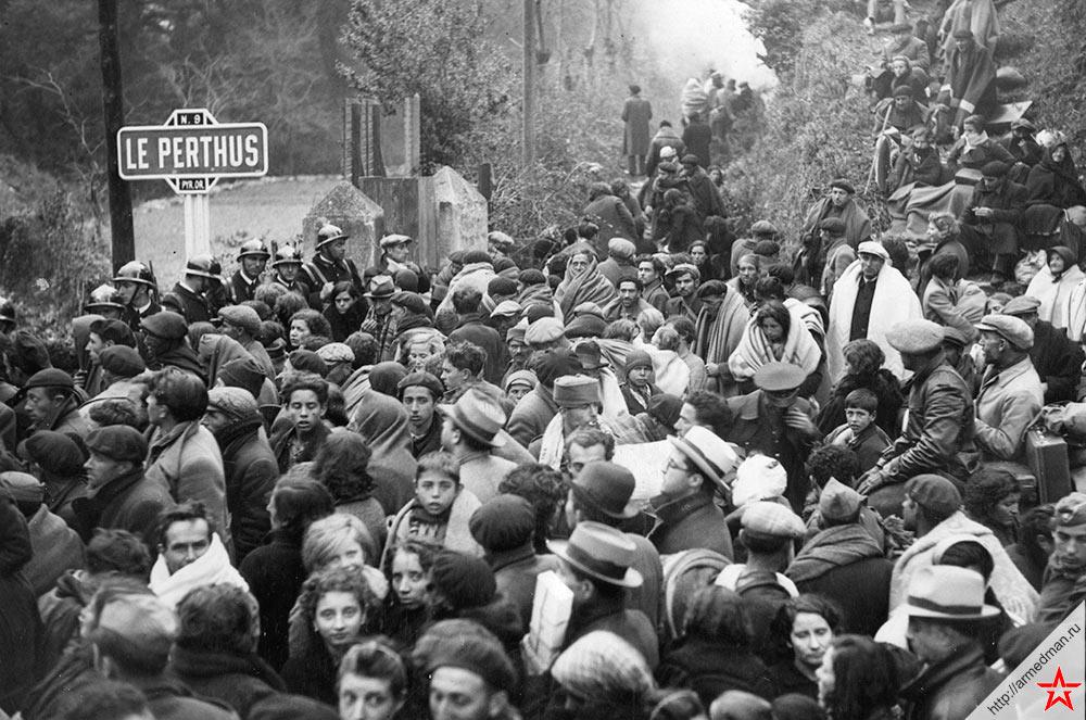 Испанские беженцы спасающиеся от гражданской войны, заполонили дороги во Францию, 1936 г.