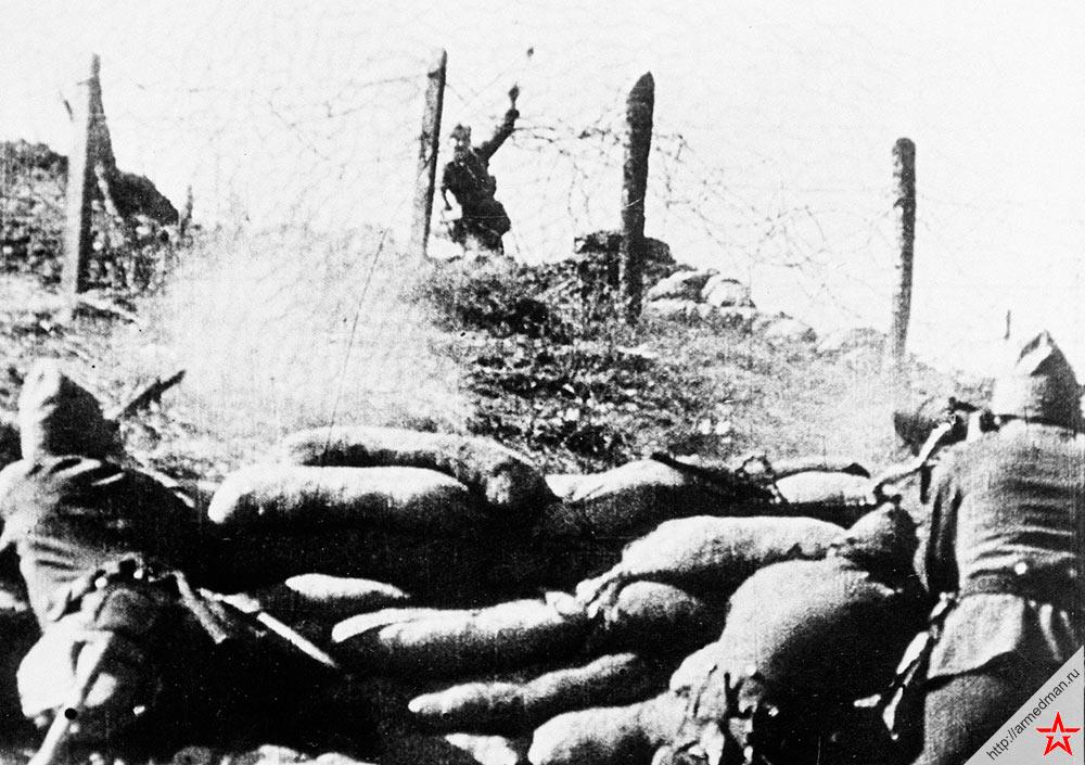 Мятежник бросает гранату в солдат-лоялистов