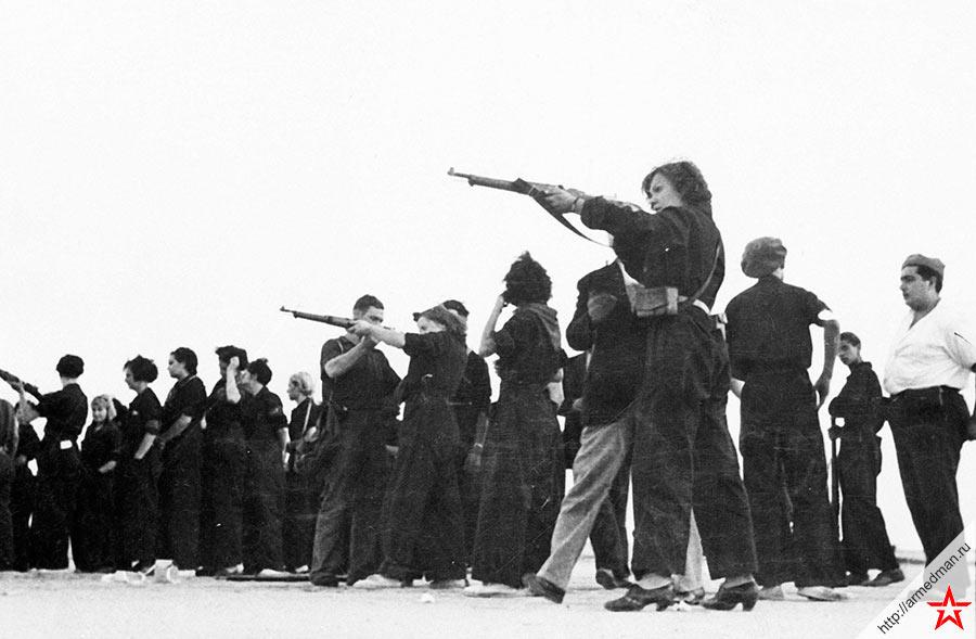 Защитники Барселоны полны решимости сражаться с националистами. На снимке бойцы-республиканцы обучают женщин основам обращения с оружием.