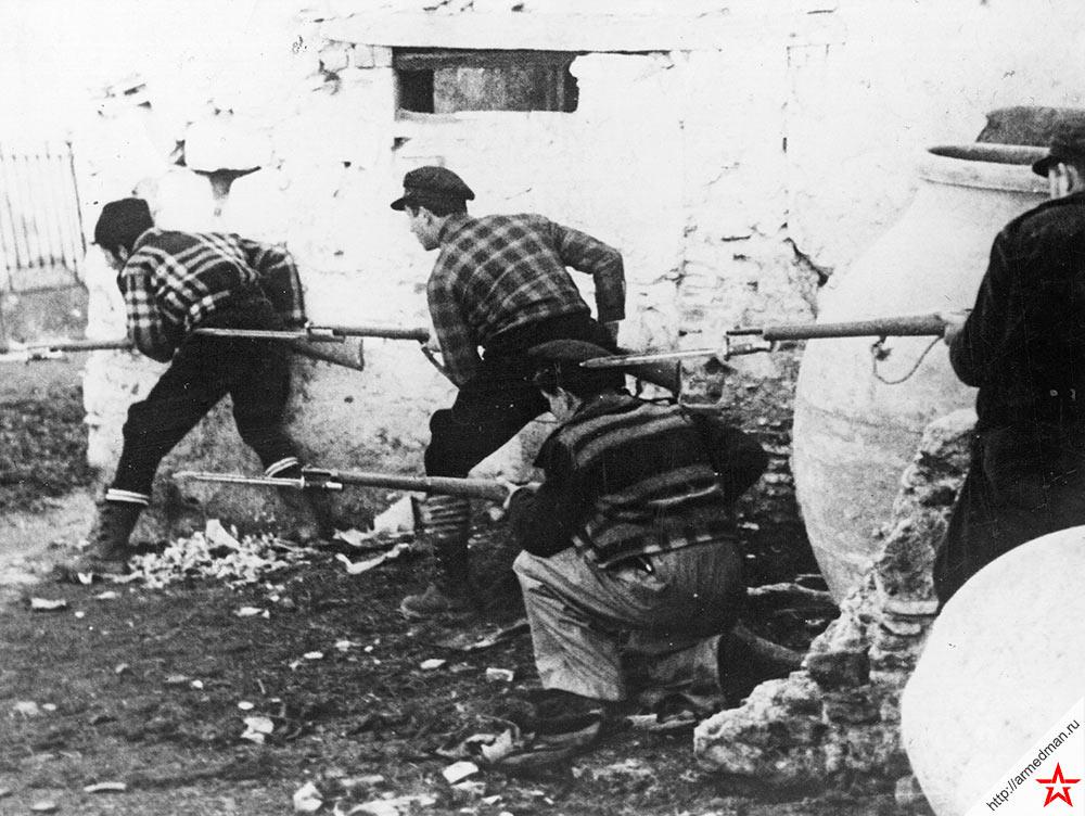 Отряд испанских антифашистов в засаде, в деревушке недалеко от Мадрида, 1937 год
