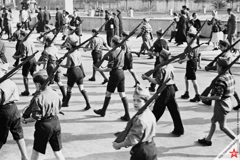 Парад испанских националистов в Ируне, 1936 г.