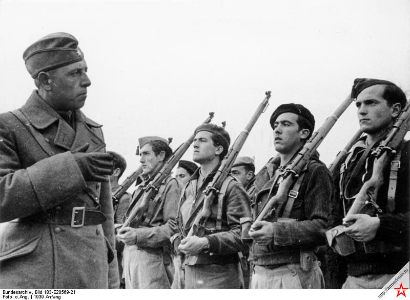 Военный специалист из Легиона «Кондор» проводит смотр вновь подготовленных частей армии испанских националистов