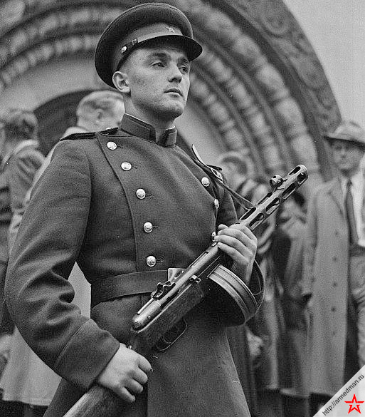 Советский солдат с <a href='https://arsenal-info.ru/b/book/643295886/4' target='_self'>пистолет-пулеметом</a> ППШ-42