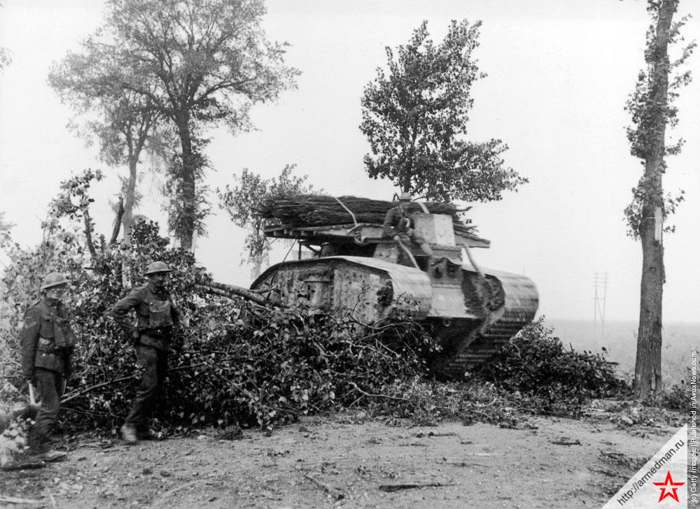 Один из ранних британских танков в Бельгии, 1917 г. с фашинами