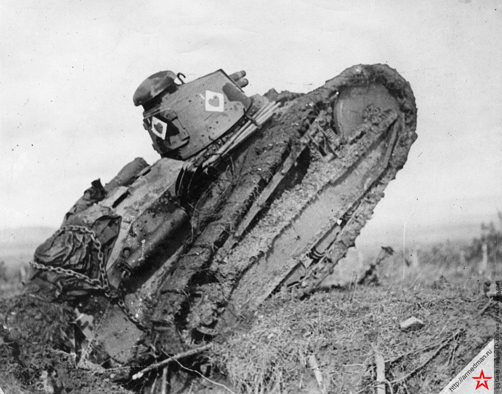 Французский легкий танк FT-17 преодолевает преграду, 1917 г.