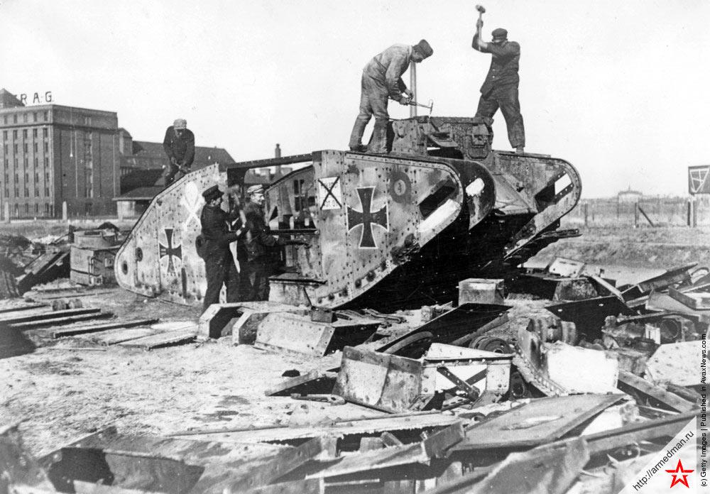 Разоружение германской армии после Версальского мира, разборка танков, 1919 г.