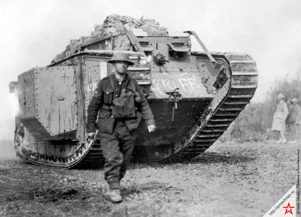 Американский солдат и британский танк MK-IV, с собственным именем Гриф на лобовой броне, 1918 г.