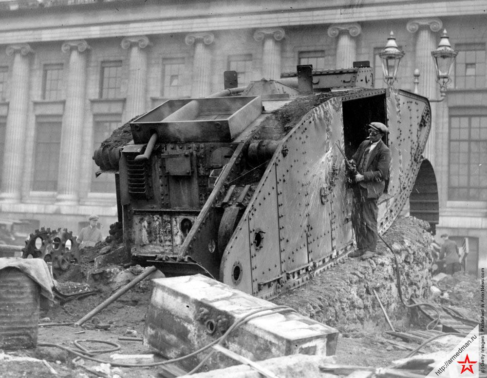 Конец войны. 1920 г., по всей видимости Германия. Танк на снимке - британский MK-IV.