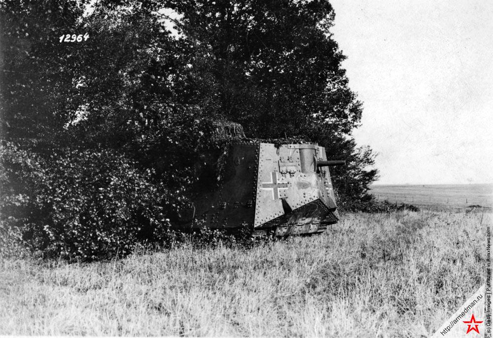 Знаменитый немецкий танк времен Первой Мировой войны A7V удачно «спрятался» на опушке леса.