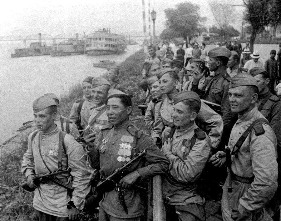 Советские солдаты на набережной реки Сунгари в Харбине.