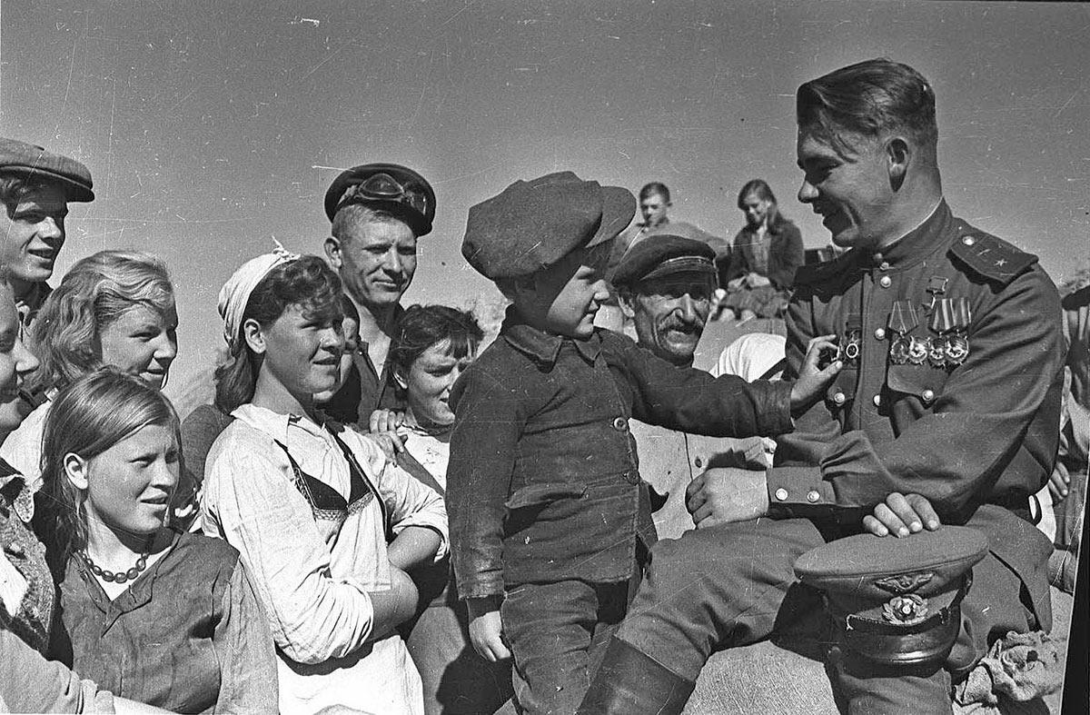 Герой Советского Союза гвардии майор Николай Пинчук в родном колхозе, в отпуске после войны. 1945