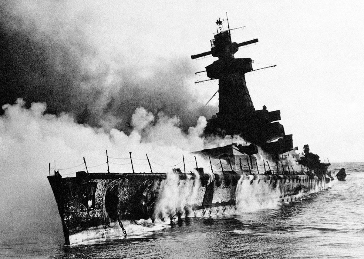 Горящий в устье реки Ла-Платы немецкий тяжелый крейсер «Адмирал граф Шпее»