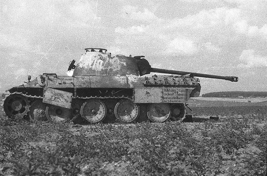Фото Михаила Савина, в1944 г. Pz V «Пантера» в Белоруссии. На самом деле не просто снимок, а настоящая история - современный, мощный танк брошен при отступлении. Не из-за поломок, не из-за повреждений в бою, а из-за банальной нехватки топлива. Это уже не оступление, это бегство.