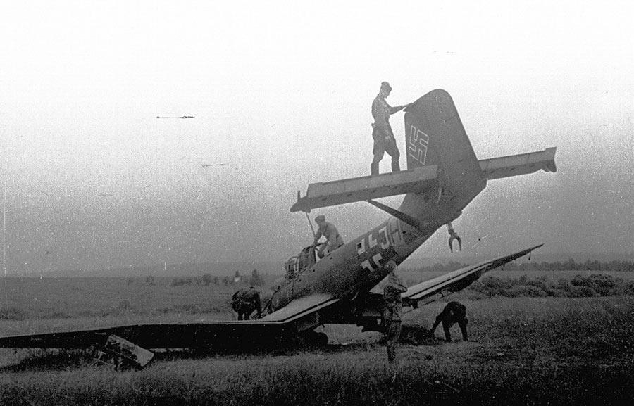 Осмотр советскими солдатами сбитого пикировщика Юнкерс-87 - «Штука».
