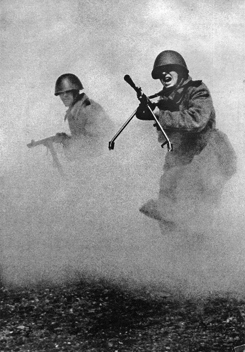 Фотография Марка Маркова–Гринберга, сделанная в 1943 году. 'За родину'