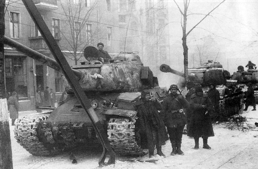 Тяжелые танки ИС-2 из состава 1-го Украинского фронта на улицах Познани. Февраль 1945 г-ИС-2