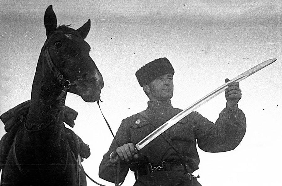 Казак. За годы войны было сформировано свыше 70 различных казачьих <a href='https://arsenal-info.ru/b/book/2629936202/19' target='_self'>воинских формирований</a>. 7 кавалерийских корпусов и 17 кавалерийских дивизий из казаков, получили звания гвардейских.