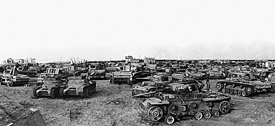 Захваченные под Сталинградом <a href='https://arsenal-info.ru/b/book/3501690473/2' target='_self'>немецкие танки</a> и другая бронетехника.