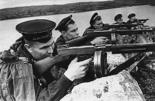 Ещё один снимок-загадка: почему в руках у бравых морских пехотинцев Северного флота (снимок сделан на Кольском полуострове) американские пистолет-пулеметы Томпсона