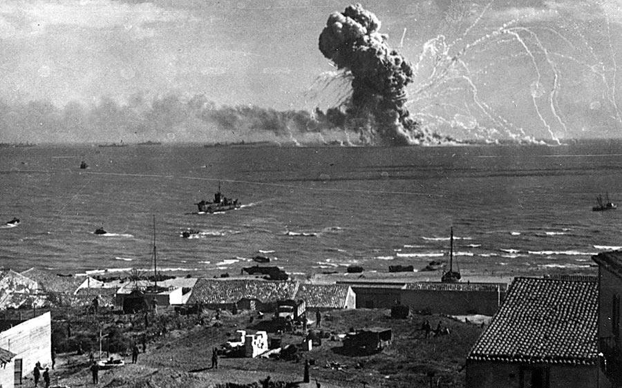 Взрыв американского транспорта с боеприпасами «Роберт Роуон» во время высадки на Сицилию в районе города Гела (11 июля 1943 г.). Транспорт был атакован немецкими бомбардировщиками Ju-88 и получил три попадания крупнокалиберными бомбами. Экипаж корабля был благополучно эвакуирован, а вот сам «Роберт Роуон» спасти не удалось - через 20 минут пламя добралось до взрывоопасного груза и транспорт взлетел на воздух.