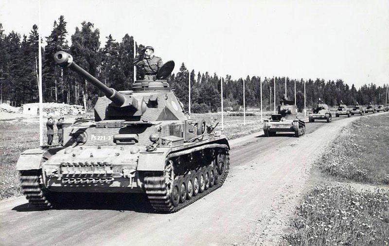 Очередной финский курьез (как я неоднократно говорил ранее - финны очень рачительные хозяева) - немецкий средний танк Pz.IV возглавляет колонну из легких советских Т-26! Снимок послевоенный, если приглядеться, то головная 'четверка' вооружена советским пулеметом ДТ.