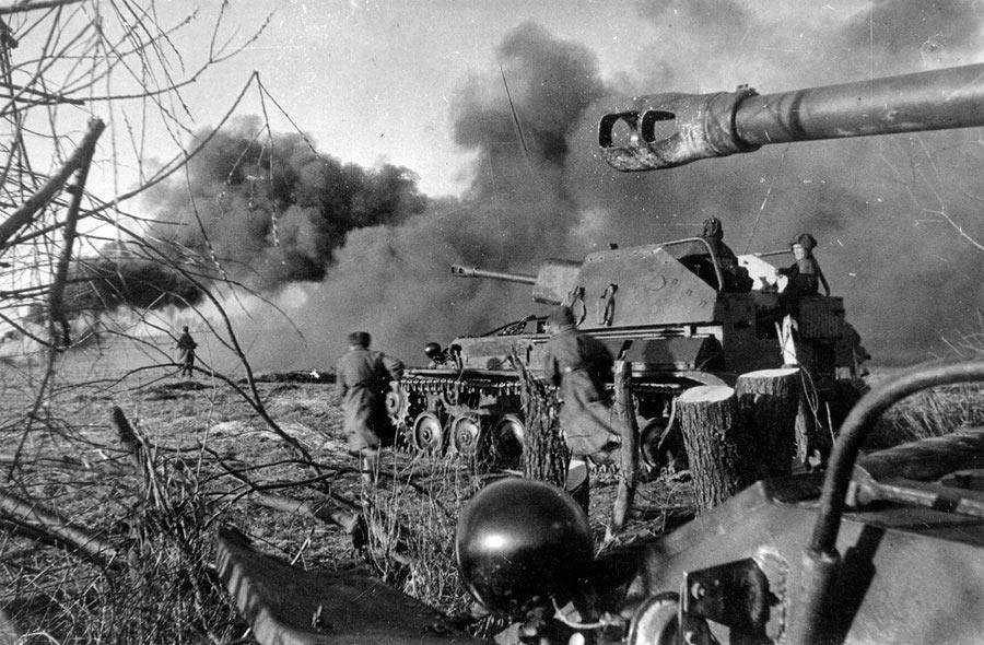 Советская пехота при поддержке САУ СУ-76 атакует немецкие позиции в районе Кенигсберга. Апрель 1945 года.