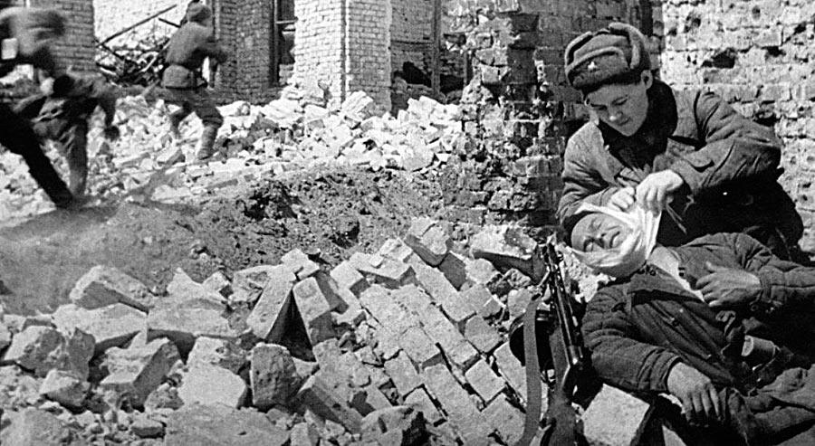 Санинструктор оказывает помощь раненному солдату, бои в Сталинграде.