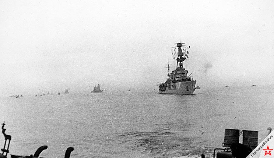 Черноморская эскадра возвращается в освобожденный Севастополь, 5 ноября 1944 года. На переднем плане гвардейский <a href='https://arsenal-info.ru/b/book/2788906538/6' target='_blank'>легкий крейсер</a> «Красный Крым».