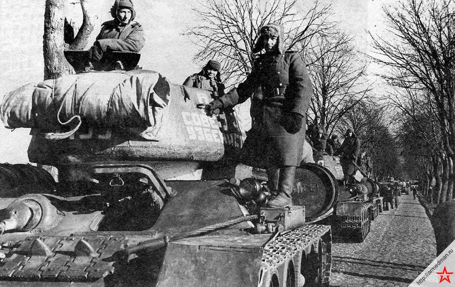 Снимок сделан в марте 1945 года. На марше <a href='https://arsenal-info.ru/b/book/1627328415/37' target='_blank'>танковая</a> колонна «20 лет Советского Узбекистана» состоящая из танков Т-34-85 построенных на средства жителей Республики Узбекистан. 2-й Белорусский фронт.