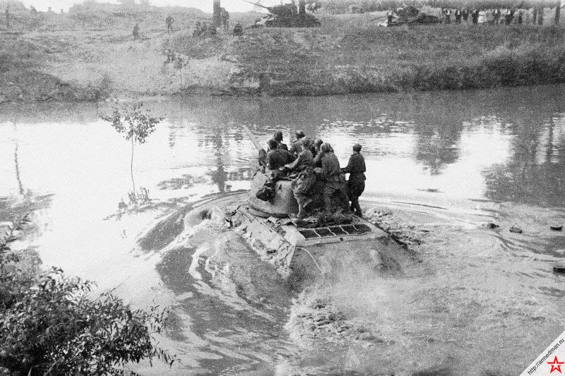 4 марта 1944 г. началась Проскуровско-Черновицкая наступательная операция. На снимке Аркадия Ходова запечатлен момент переправы через Днестр танка Т-34-85 принадлежащего 44-й гвардейской танковой бригады 11-го гвардейского танкового корпуса 1-й гвардейской танковой армии СССР.