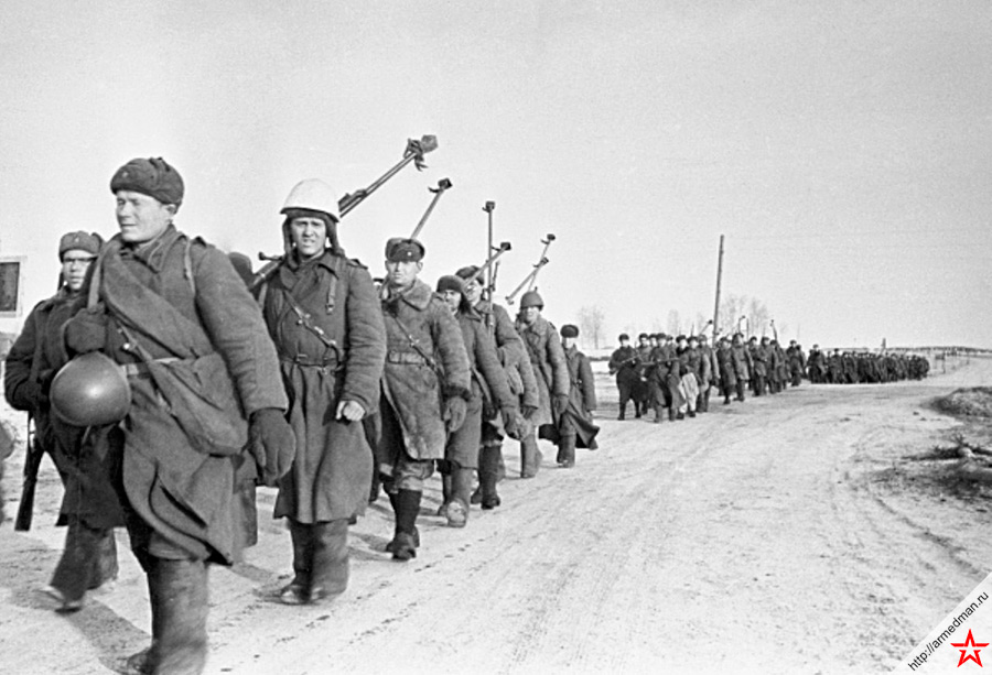 Советские бронебойщики с противотанковыми ружьями Симонова двигаются на Вязьму Снимок сделан 04 марта 1943 г.