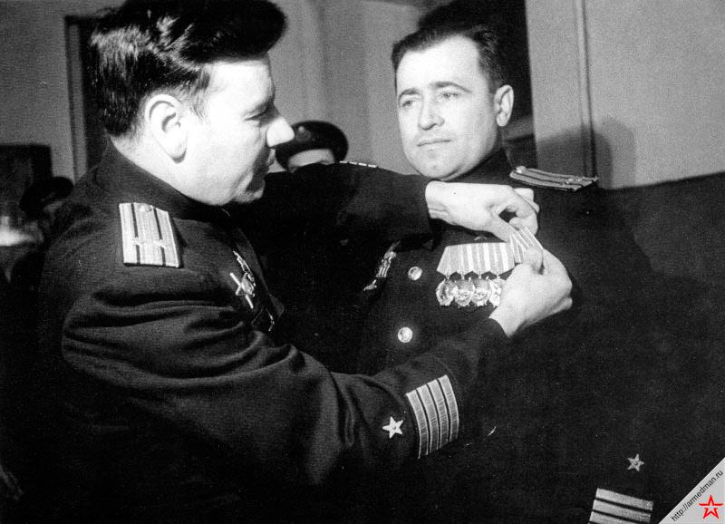 Командира подводной лодки С-56 Григория Ивановича Щедрина награждают медалью «За оборону Заполярья». Григорий Иванович - один из лучших советских подводников