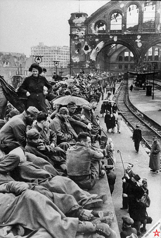 1945 год, Берлин, Германия, война приближается к финалу. Судя по лицам «беженцев» на крыше этого поезда, славные вояки третьего рейха уже не так горят желанием воевать.