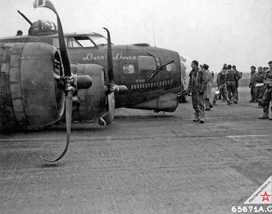 Американская «Летающая крепость» Boeing B-17G-1BO, с собственным именем «Bonnie Donnie», 612-й американской эскадрильи 401-й бомбардировочной группы, после жесткого приземления на британском аэродроме Динеторп. Во время бомбардировки Кёльна, самолет получил повреждения и не смог выпустить шасси при заходе на посадку. 4 марта 1945 года.