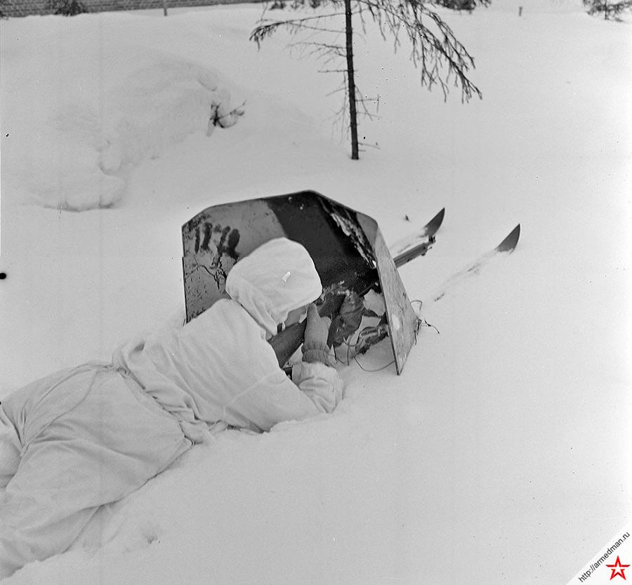 4 марта 1940 года, Советско-финская война, бои в районе Выборга. На снимке советский солдат укрывшийся за бронированным щитом на лыжах, ведет огонь из винтовки. Толщина бронещита - 8-мм, все равно, что толщина лобовой брони броневика. При стрельбе обычной винтовочной пулей, лыжный щиток не пробивался даже с дистанции 200 метров.