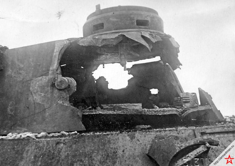 Результат попадания <a href='https://arsenal-info.ru/b/book/2633435995/27' target='_self'>осколочно-фугасного снаряда</a> самоходки ИСУ-152 с дистанции 1200 метров, по башне немецкого танка Pz.V «Пантера». Кажется, что снаряд даже не заметил преграды и полетел дальше.