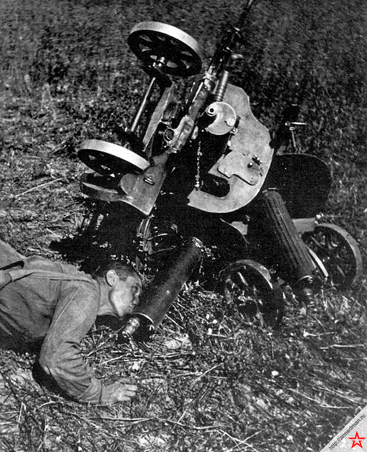 Жажда, как и голод, не тетка для пулеметчика. Хотя для оператора советского пулемета «Максим» эта проблема не так критична, ведь в кожух этого пулемета вмещается до 5 литров воды - как в большой чайник. Сходство особенно усиливается, когда от интенсивной стрельбы ствол перегревается и вода в кожухе закипает!